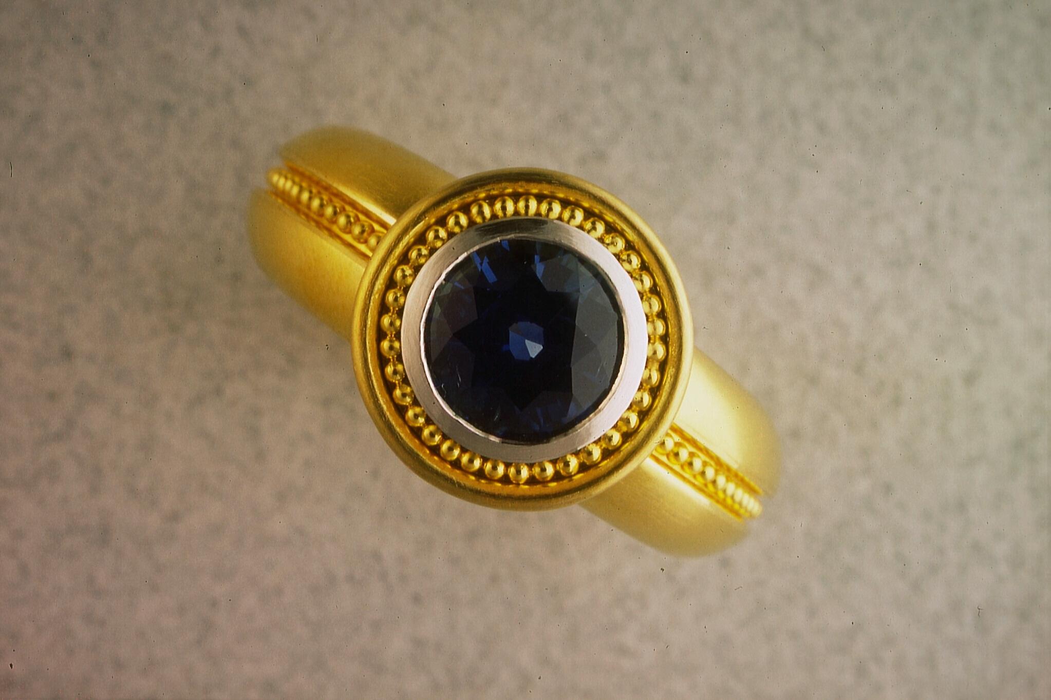 Ring w. blue sapphire
