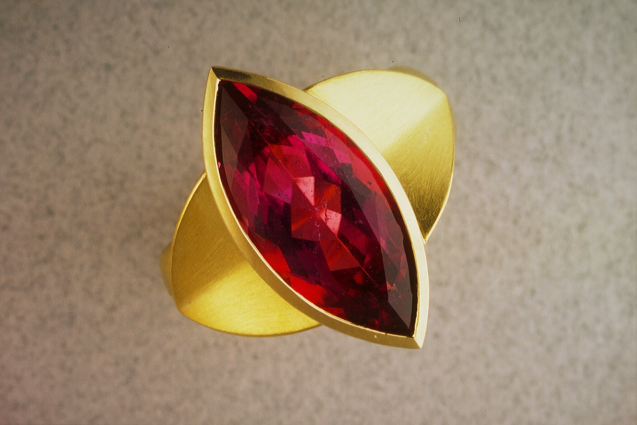 Ring 18Kt. gold, marquise cut rubelithe 5,8 ct.