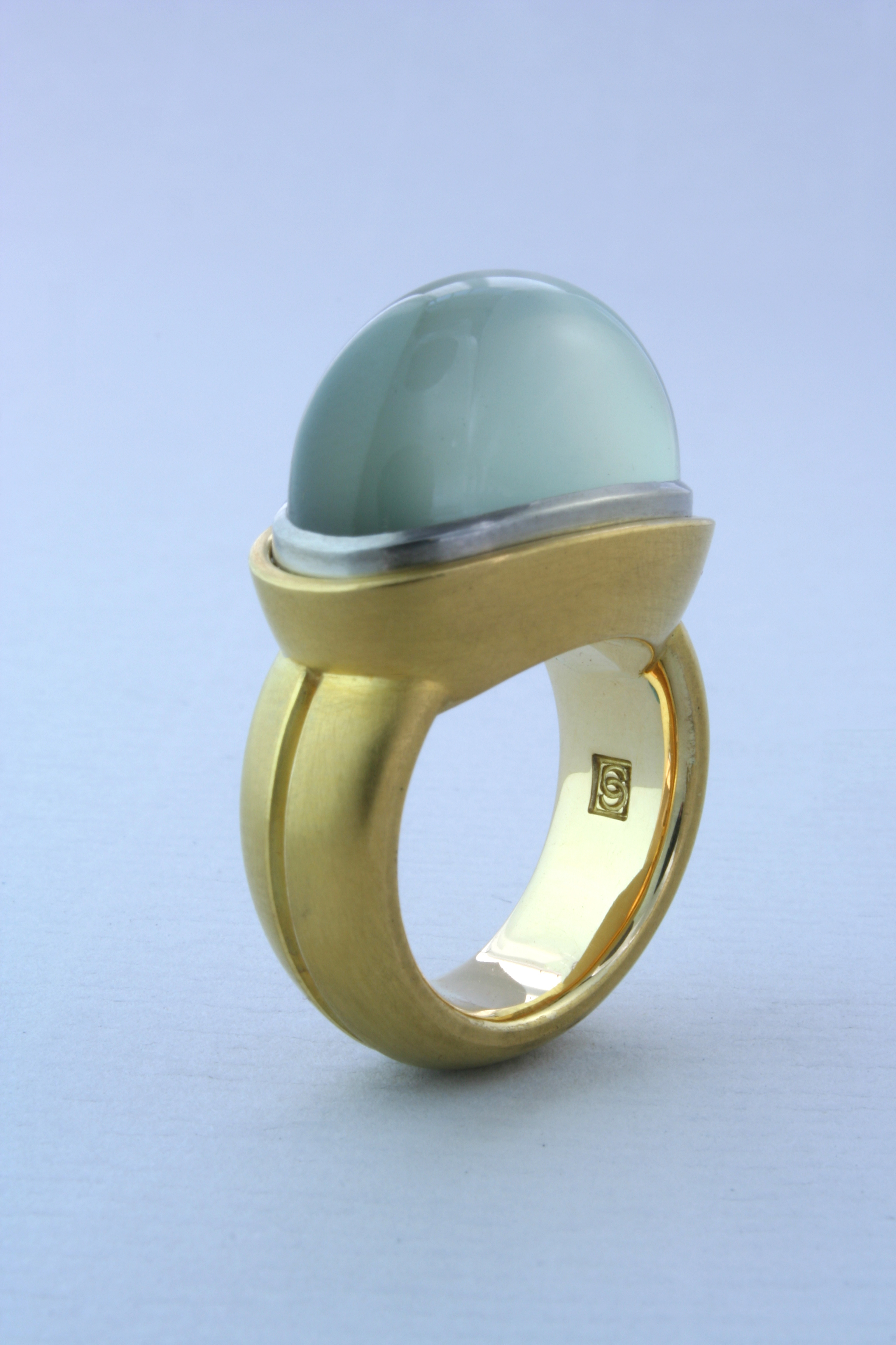 Ring w. green moonstone, 18Kt yellow and white gold.